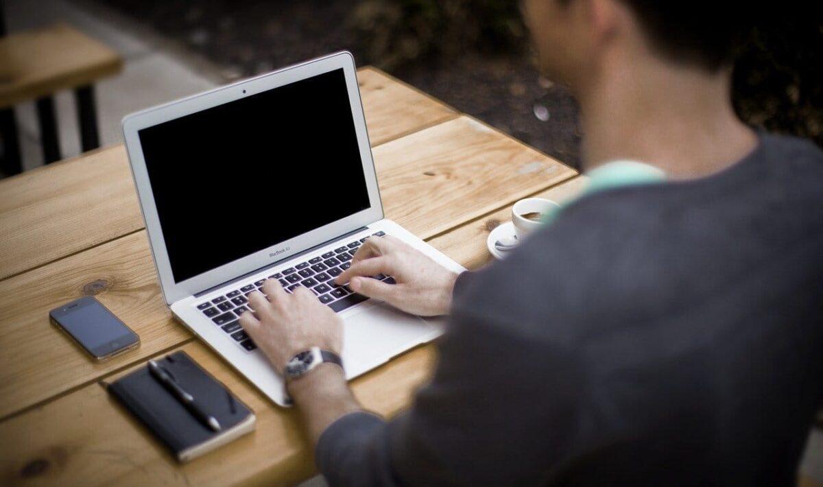 Praca z laptopem a kręgosłup