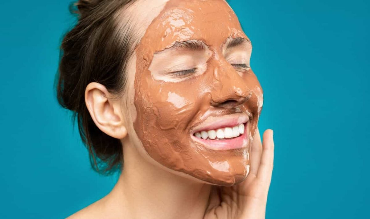 Nakładanie maseczki na twarz
